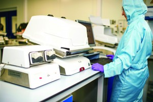 An operator uses GE's Xuri cell-expansion system to grow modified cells up to an injectible batch size.